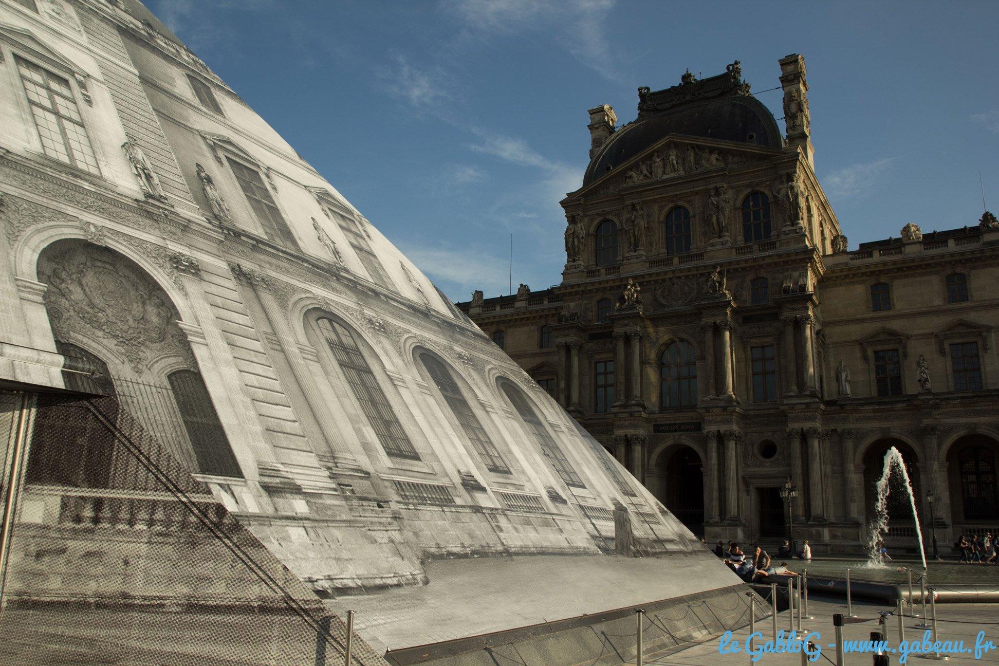 Le Louvre habillé par JR